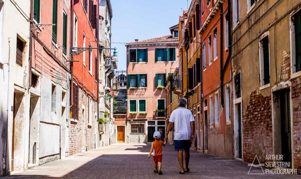 italie venise grand père enfant rue