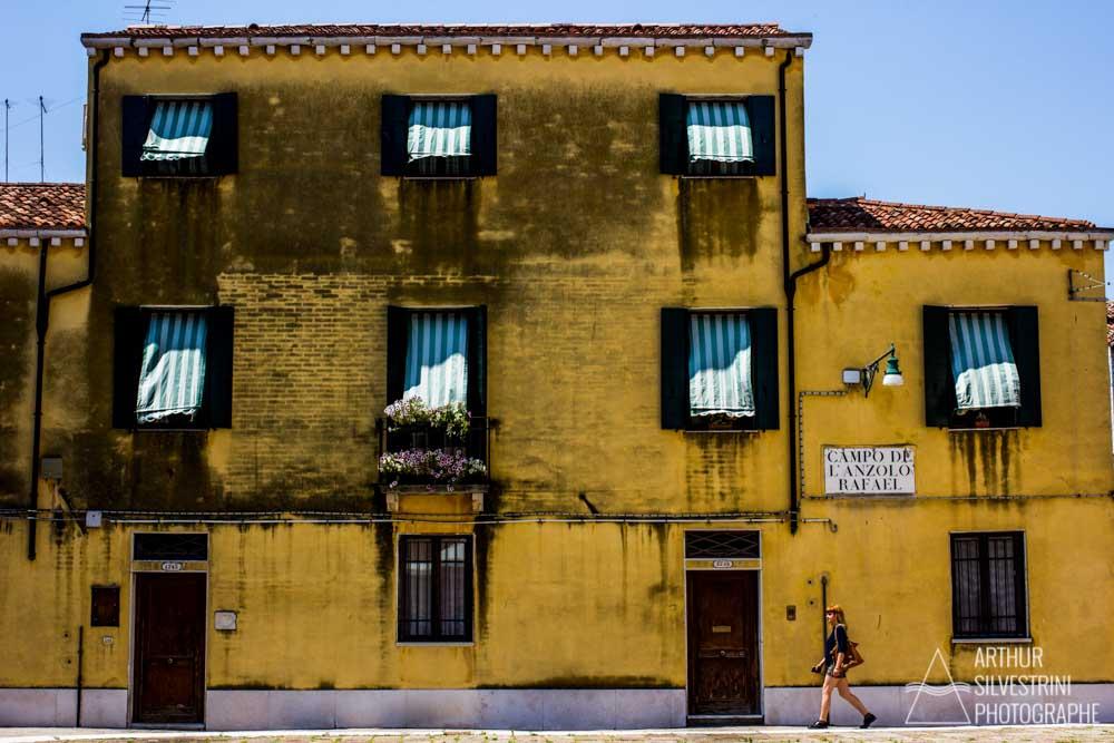 italie venise bâtiment jaune femme